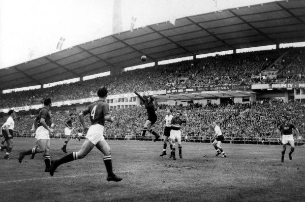 Первым Кубком мира для отечественной сборной стал «мундиаль» 1958 года, в отборочный турнир которого команда СССР попала после успеха на мельбурнской Олимпиаде. После стыкового матча с Англией советские футболисты вышли в плей-офф, но в четвертьфинале проиграли шведам. Четырьмя годами позже сборная СССР вышла в плей-офф с первого места в группе, но вновь не прошла дальше четвертьфинала – со счётом 1:2 отечественная дружина проиграла чилийцам. На фото: Лев Яшин отбивает мяч в поединке со сборной Англии на чемпионате 1958 года.