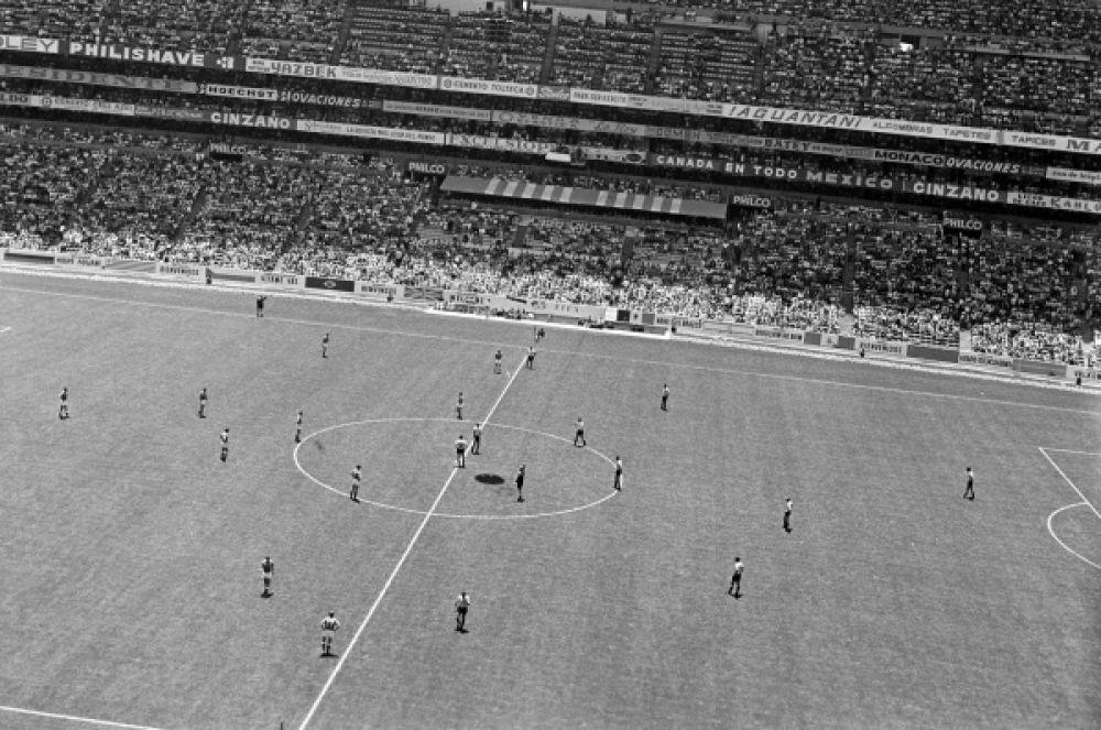 «Мундиаль» 1970 года вновь завершился для сборной поражением в четвертьфинале – после гола Виктора Эспарраго в дополнительное время победу одержала команда Уругвая. На фото: четвертьфинальный матч между сборными СССР (слева) и Уругвая (справа).