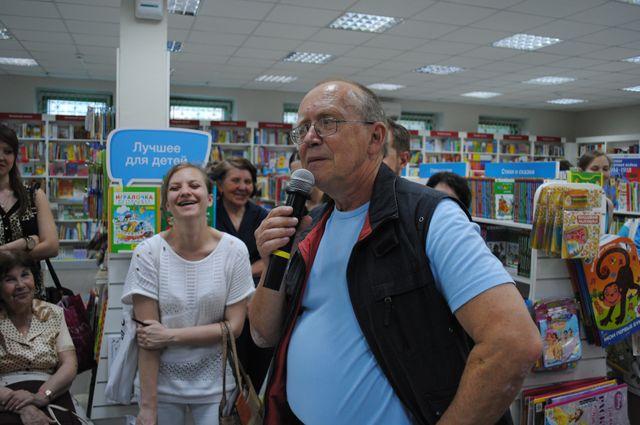 Юрий Вяземский – писатель. На встрече с читателями в книжном магазине.