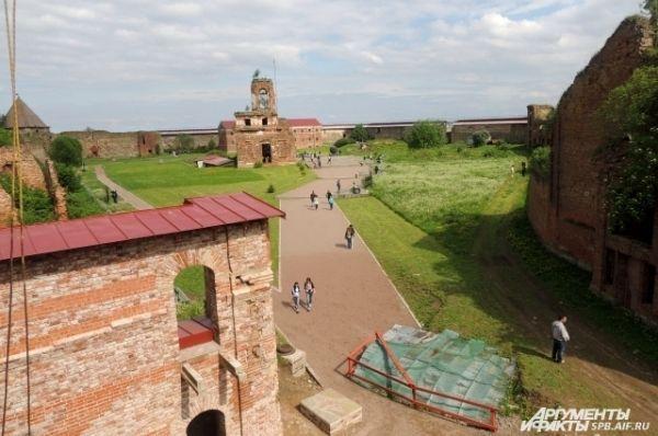 По крепости можно гулять хоть целый день.