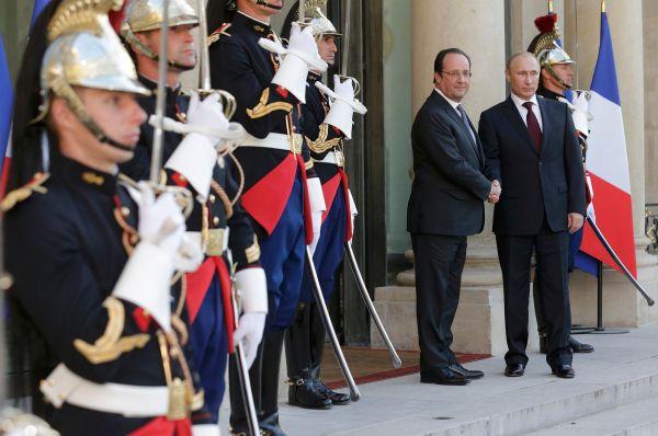 Мероприятия посетили многие первые лица государств, в том числе Владимир Путин, которого лично приветствовал президент Франции Франсуа Олланд.
