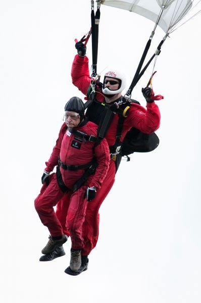 Тряхнуть стариной были не против и сами ветераны. На фото: 89-летний Джок Хаттон совершает тандемный прыжок с парашютом над теми самыми местами, где он десантировался 70 лет назад.