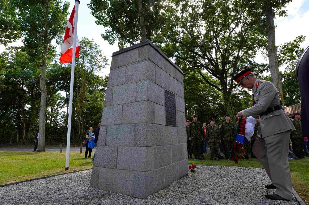 Принц Чарльз у канадского мемориала в честь погибших в операции солдатах воздушно-десантного батальона.