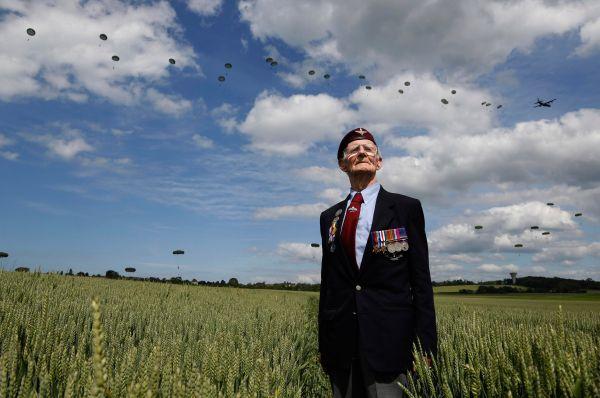Высадка десанта была полностью реконструирована на глазах ветеранов. На фото: Фред Гловер, 88 лет.