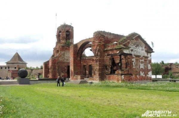 Некоторые постройки крепости наполовину разрушены.