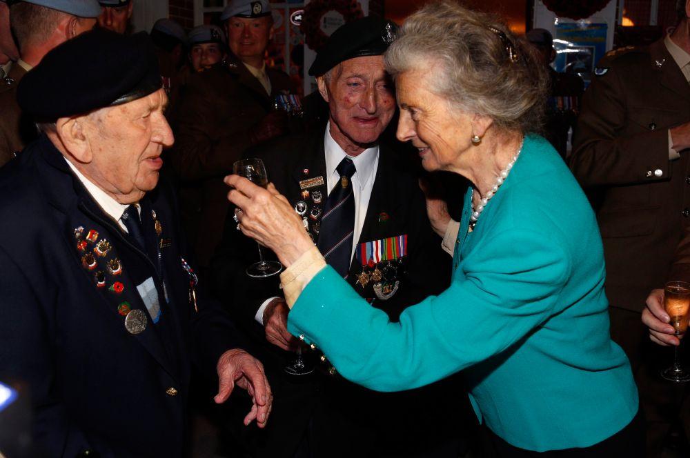 Владелица семейного кафе у моста «Пегас» Арлетт Гондри произносит ежегодный текст в честь солдат союзников. Арлетт было четыре года, когда британцы освободили кафе её родителей 6 июня 1944 года.