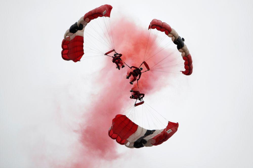 В завершении церемоний парашютисты продемонстрировали красочное воздушное шоу.