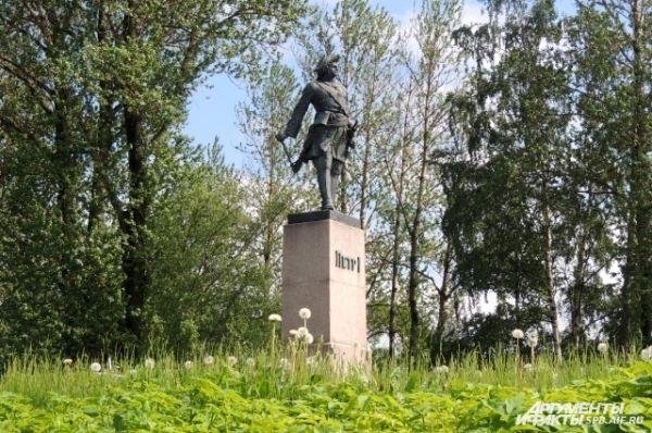 На пристани Шлиссельбурга установлен памятник Петру I.