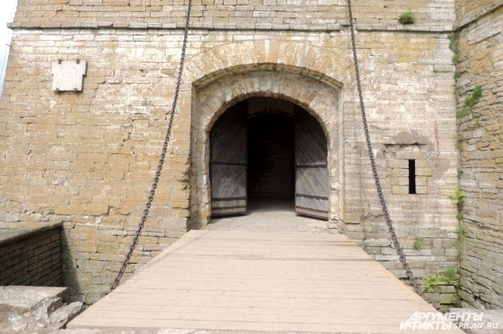 В крепость ведут массивные ворота.