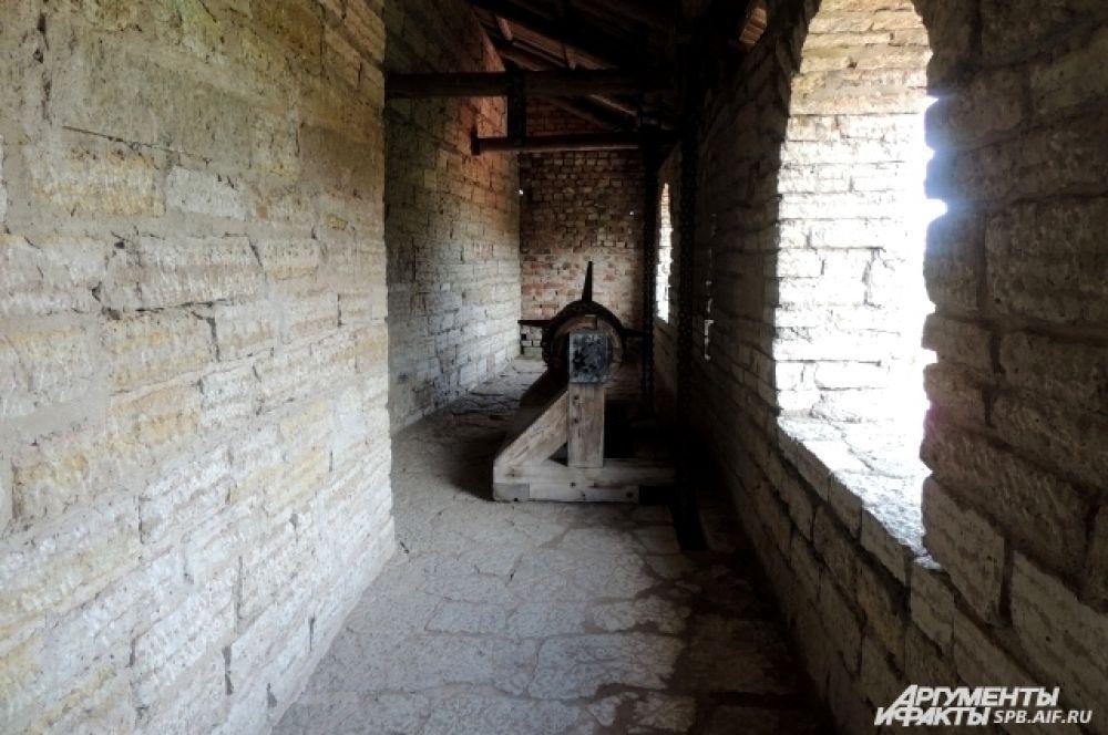 Туристы могут подняться к бойницам крепости.