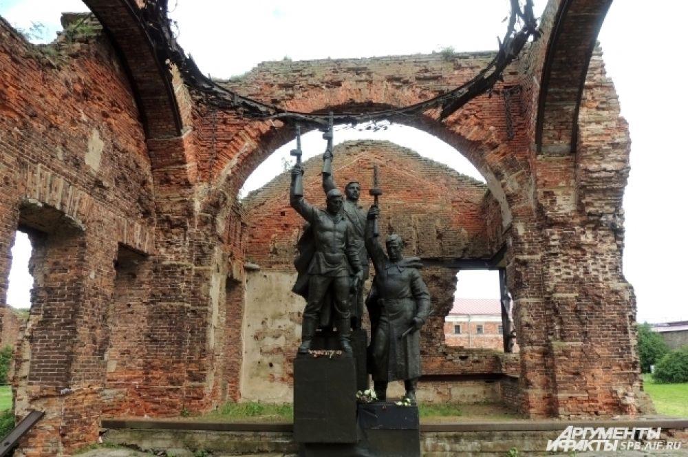 В разрушенном соборе стоим памятник советским воинам.