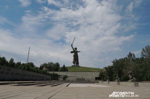Скульптура Родины-матери является центром всего ансамбля. Ее высота вместе с мечом – 85 метров и 52 метра без меча. Для сравнения статуя Свободы в США без постамента составляет всего 45 метров.