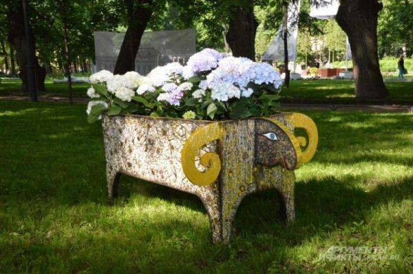На газоне в Михайловском саду пасутся вот такие животные