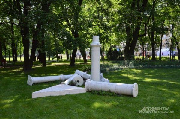 Колонны в самом центре Михайловского сада
