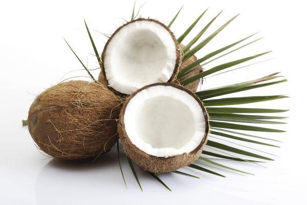 Кокос. Восполняет недостаток селена, а также богат железом и цинком, витаминами С и Е.