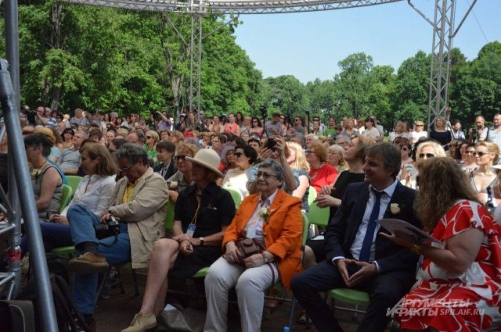 Гости, организаторы и члены жюри фестиваля на церемонии открытия