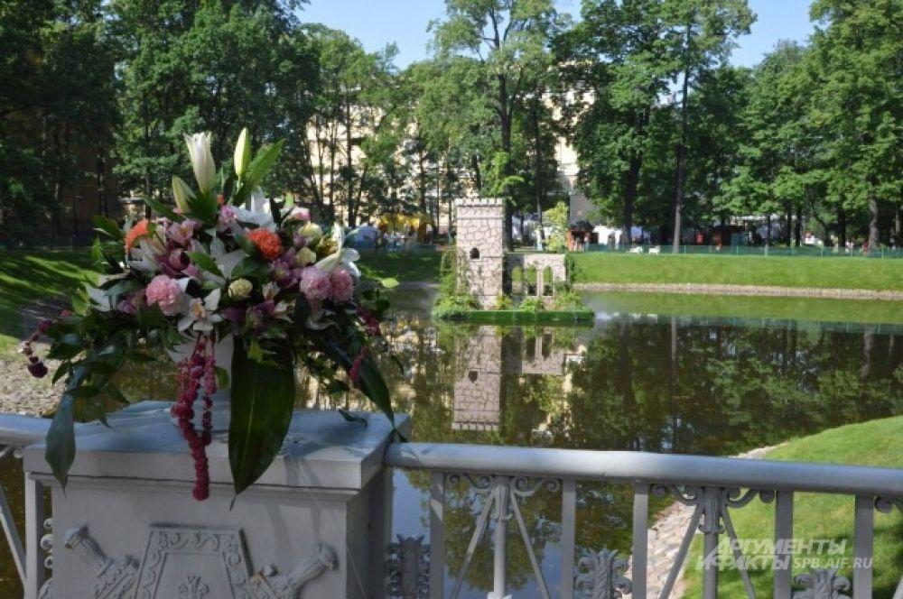 Плавучий замок в пруду Михайловского сада