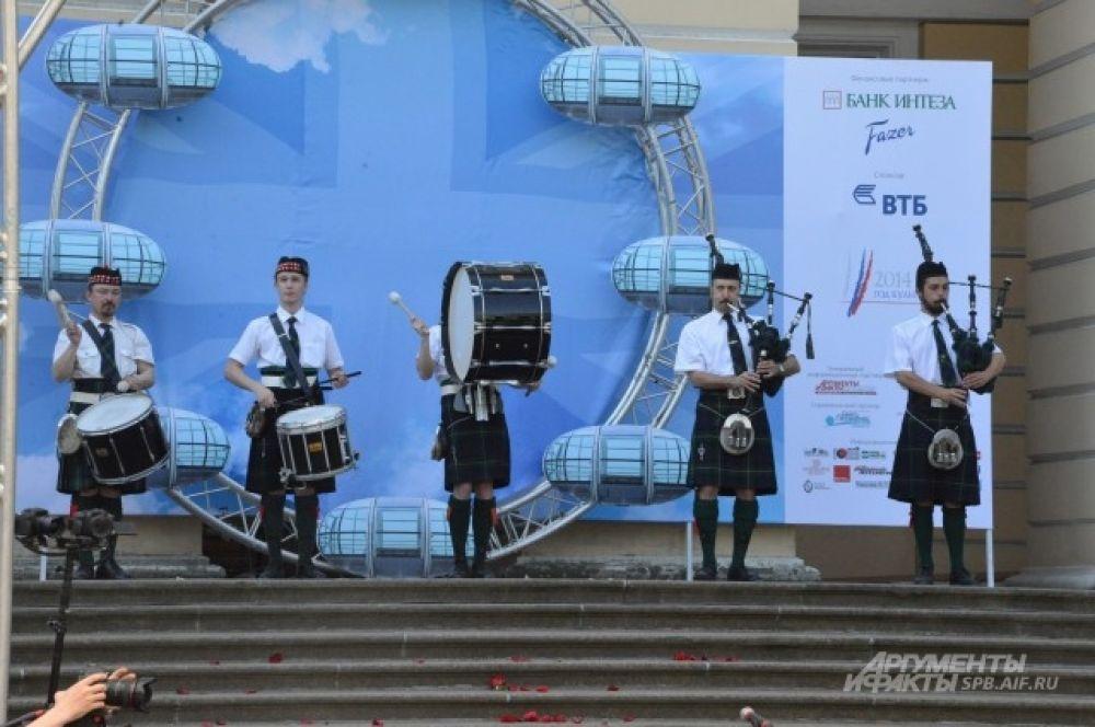 Фестиваль открылся в британских традициях