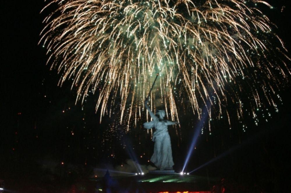 Статуя Родины-матери ночью освещается прожекторами. 9 мая 2010 года прямо на Мамаевом Кургане в честь годовщины Победы был дан праздничный салют.