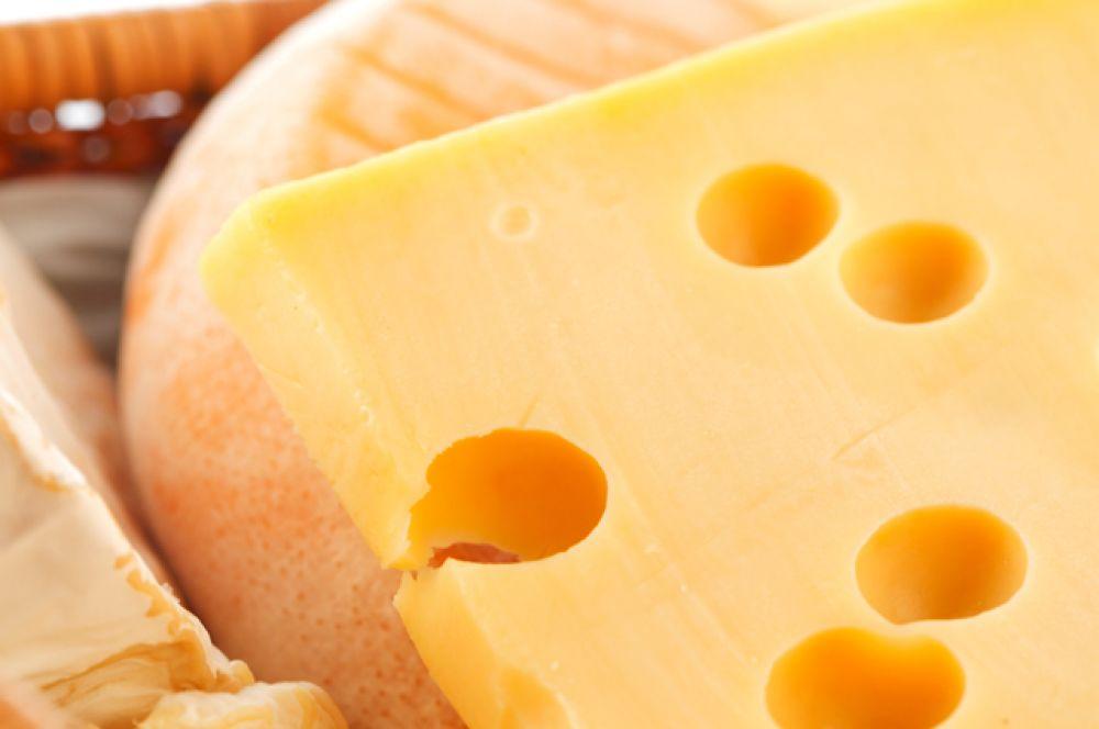 Сыр. Хорошо восполняет дефицит серы. Также содержит витамины А и В5, цинк.