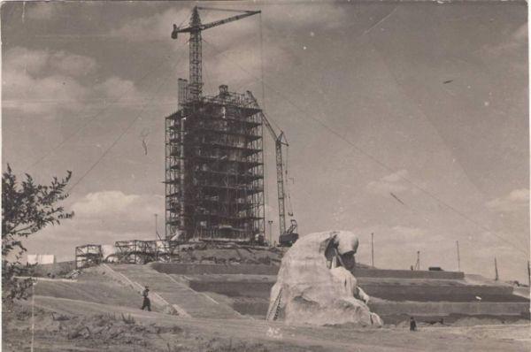 Главным скульптором ансамбля стал Евгений Вучетич, а архитектором – Николай Никитин, авторству которого принадлежит проект московской Останкинской телебашни.