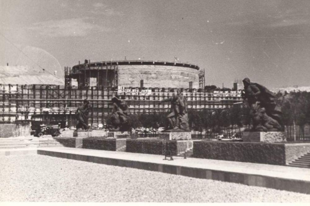 Зал воинской Славы, где сегодня горит Вечный огонь, представляет собой здание цилиндрической формы диаметром 42 и высотой 13,5 метров.