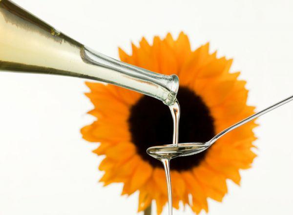 Подсолнечное масло. Богато витамином E и полезными жирами.