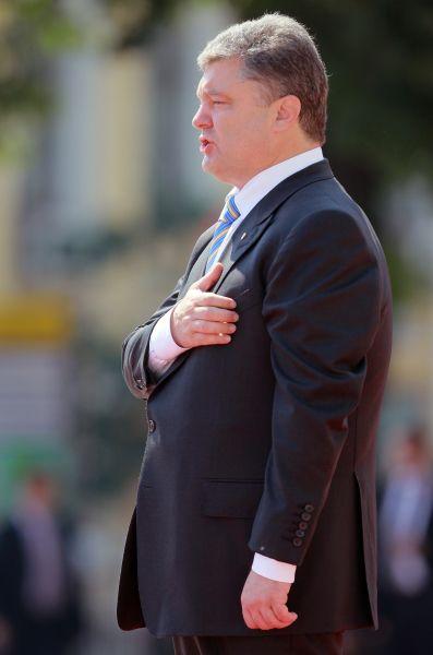 Петр Порошенко во время церемонии поднятия флага президента.