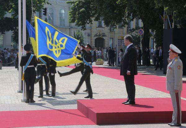 Церемония торжественного поднятия флага президента Украины.