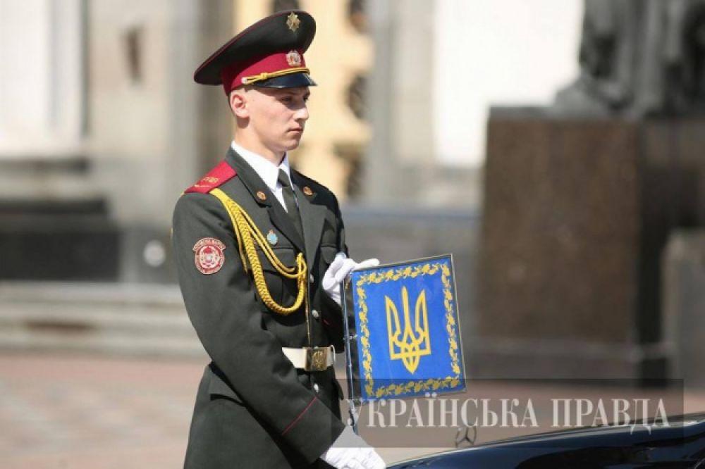 На автомобиль Порошенко повесили президентский штандарт
