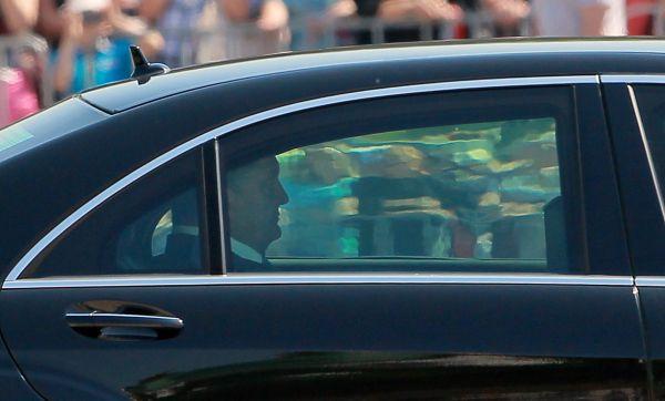 Порошенко покидает Софийскую площадь по окончании процедуры.