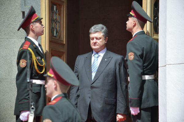 Петр Порошенко уже в статусе президента выходит из здания Верховной Рады.