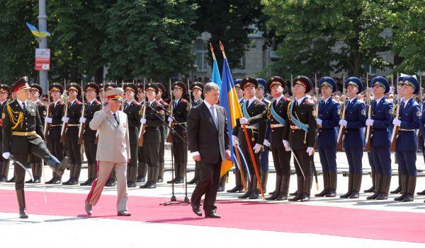 Личный состав Вооружённых сил Украины приветствует нового президента страны на Софийской площади.