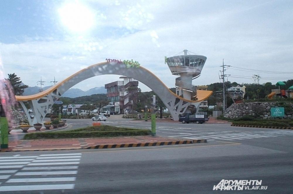 Своеобразная триумфальная арка в Сокчо.