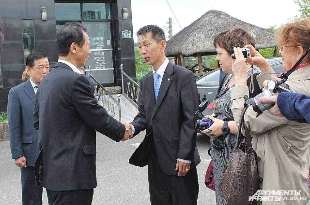 Губернатор провинции Канвондо (слева) встречает делегацию из Приморья.