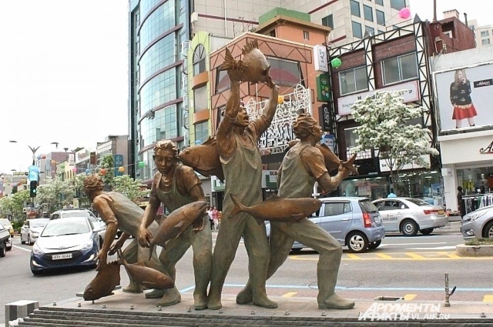 На центральной улице города установлен памятник рыбакам. Их труд здесь уважают.