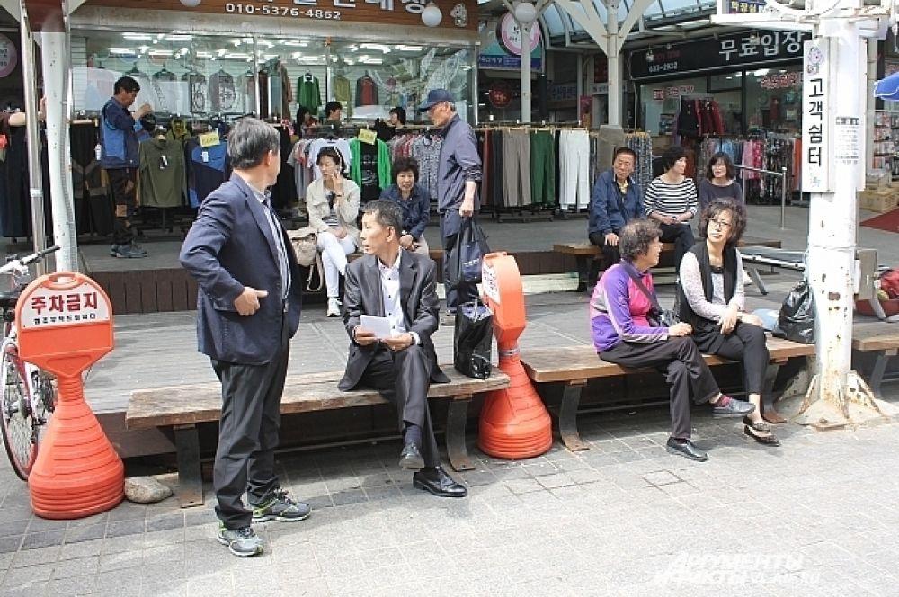 Здесь же на рынке можно присесть отдохнуть. И удивиться чистоте воздуха.