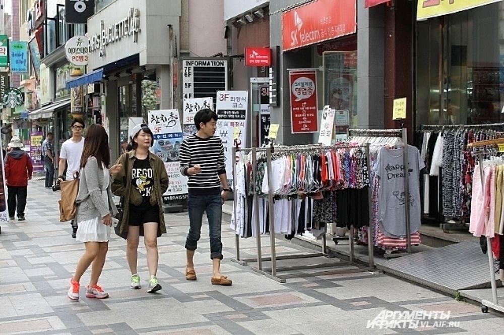 Буквально через дорогу от памятника - многочисленные бутики модной одежды, аксессуаров и гаджетов.