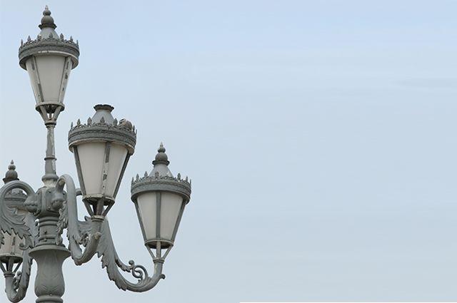 Вокруг коттеджей можно встретить даже такие фонари. Красиво, но платить за электричество надо.