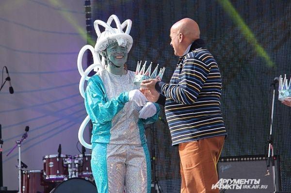 А вот победительницей и обладательницей звания «Мисс карнавал» стала вот эта очаровательная инопланетянка из колонны марсиан.