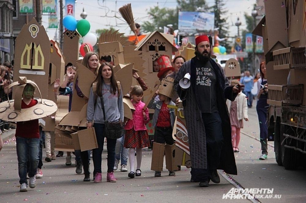 А вот и участники колонны от страны Картонии. таких костюмов на наших карнавалах точно еще не было.