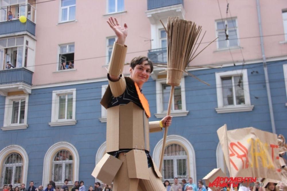 Картонный рыцарь внушил дамам, что готов защищат ьих честь любой метлой. Даже картонной.