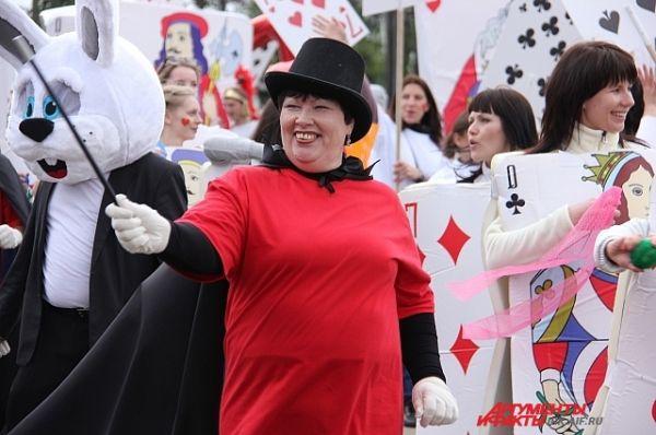 Остальные участники колонны УКСа нарядились игральными картами. Их костюмы были отмечены среди победителей карнавала.