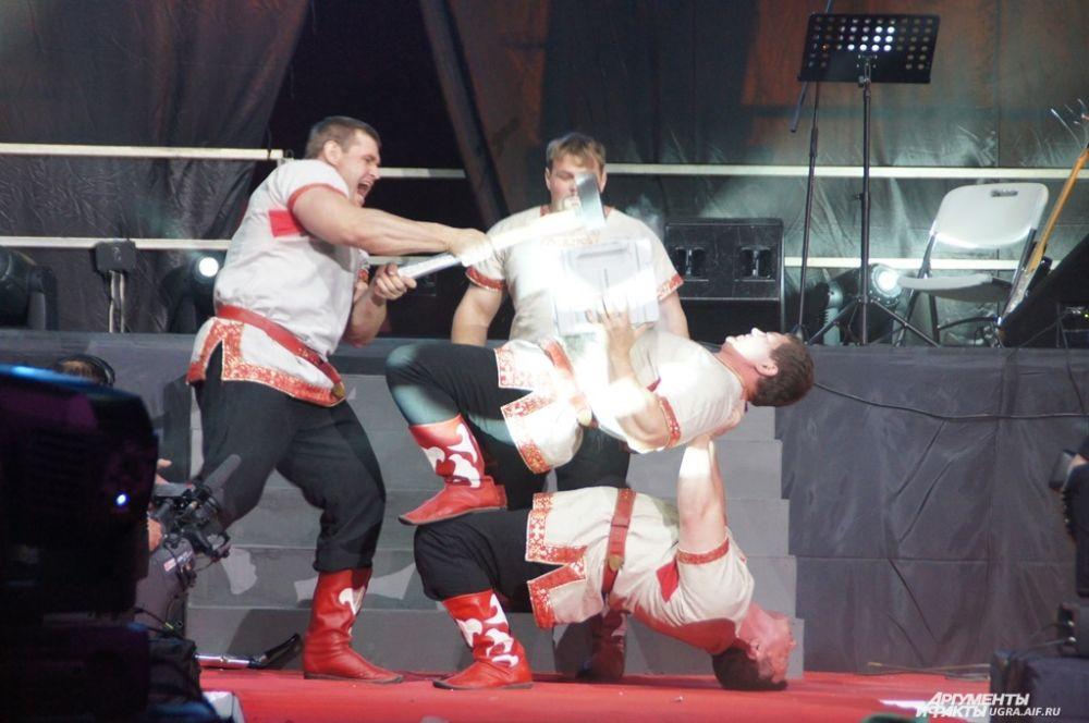 Также зрителей удивили акробатическими номерами и силовыми упражнениями силачи.