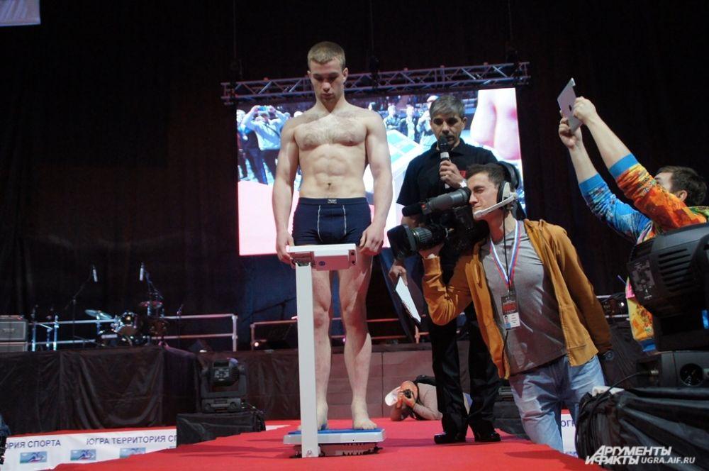 Перед боем спортсмен должен пройти весовой контроль.