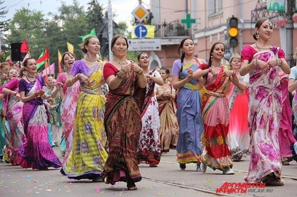 Поклонники кришнаитской культуры в очередной раз удивили иркутян костюмами и танцами.