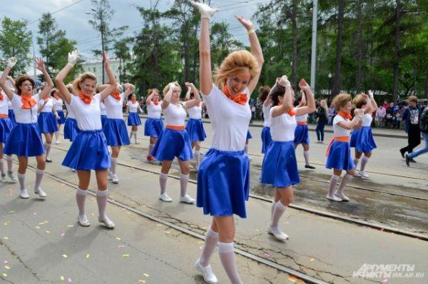 Дальше по улице Ленина прошли самые разные колонны.