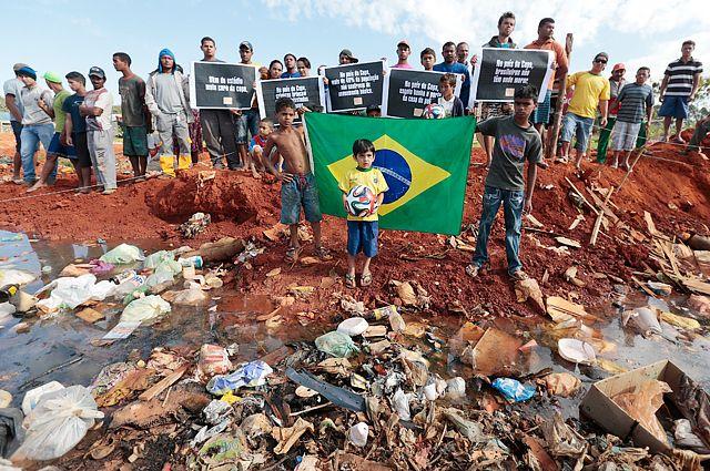 Жители трущоб протестуют, указывая на потраченные деньги для подготовки стадионов чемпионата мира в Бразилии.