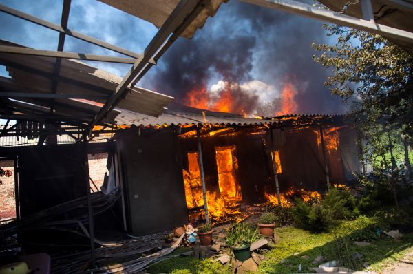Огонь вёлся в том числе по административным зданиям, находящимся под контролем ополченцев, - здании СБУ, милиции и исполкома.