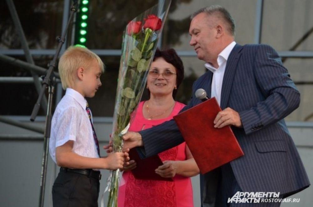 Директор Фонда Зинаида Богданова принимает поздравления от начальника отдела специального образования и социально-правовой защиты детства Министерства образования РО Петра Серова.